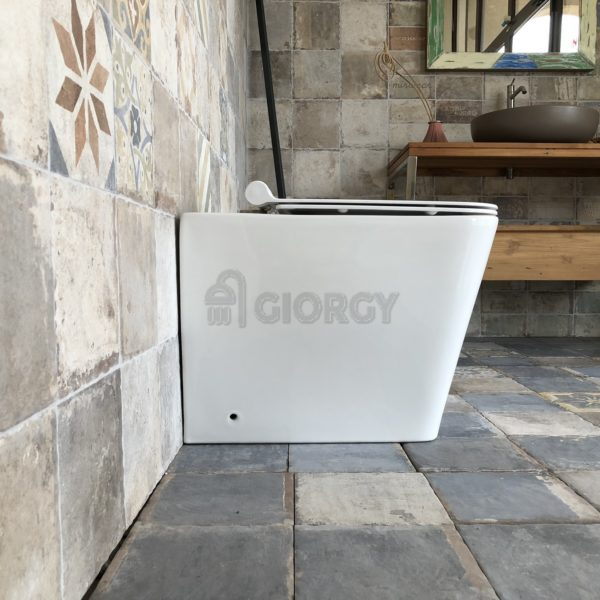 sanitari wc a terra filo muro in ceramica bianca forma squadrata