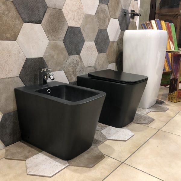 coppia di sanitari a terra filo muro in ceramica stile moderno