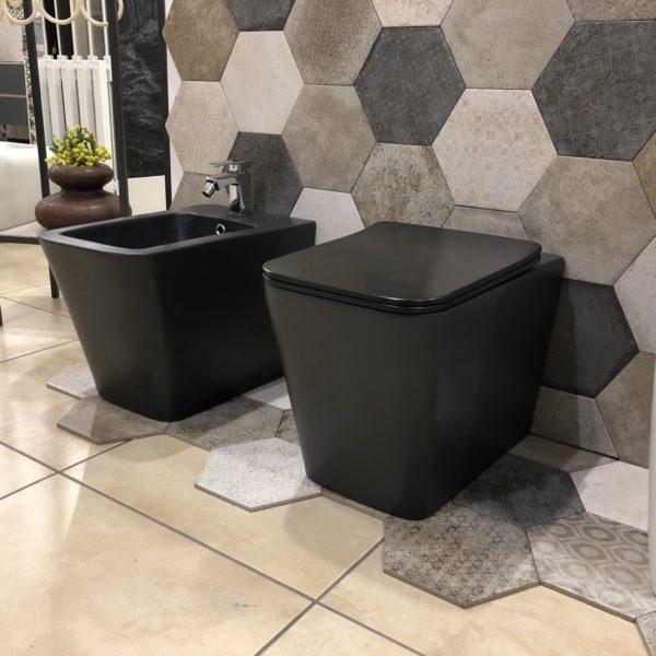 sanitari a terra filo muro in ceramica nera stile moderno