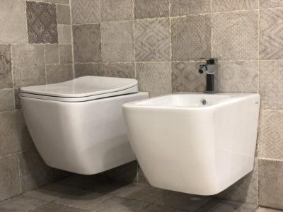 sanitari sospesi in ceramica bianca forma arrotondata stile moderno
