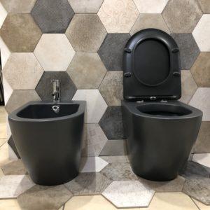 sanitari a terra filo muro in ceramica colore nero stile moderno