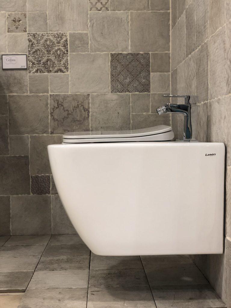 sanitari sospesi filo muro in ceramica bianca stile moderno