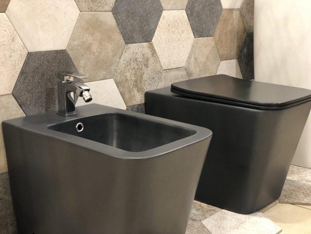 coppia di sanitari a terra in ceramica colore nero