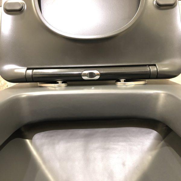dettaglio wc in ceramica nera stile moderno