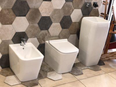 sanitari a terra filo muro in ceramica bianca stile moderno