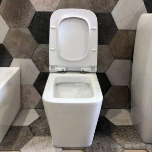 wc a terra filo muro in ceramica bianca stile moderno