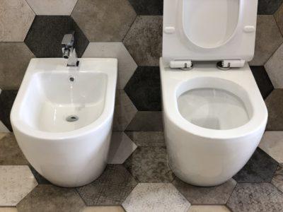 sanitari a terra in ceramica bianca forma arrotondata