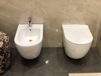 sanitari sospesi in ceramica bianca forma arrotondata